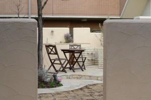 バーベキューが楽しめるガーデンキッチンのあるお庭