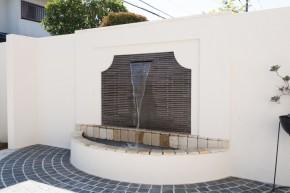優雅な壁泉のあるガーデンエクステリア