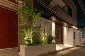 風格あるエントランス空間とタイルデッキのあるお家