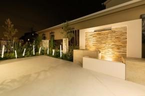 白とガラスが輝く爽やかなリゾート風エクステリア